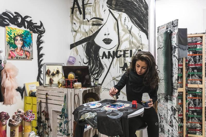 Angela Fashion Art е готова да ви облече в ръчно рисувани дрехи