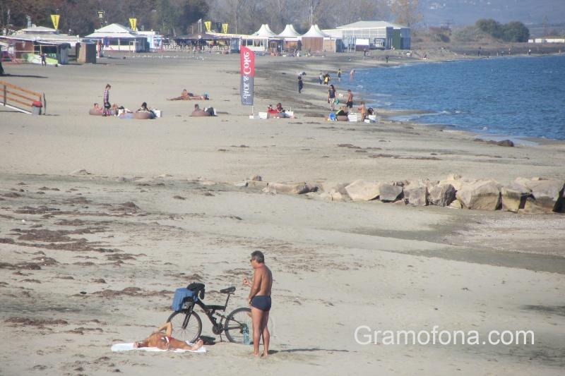 На плаж през ноември в Бургас (СНИМКИ)