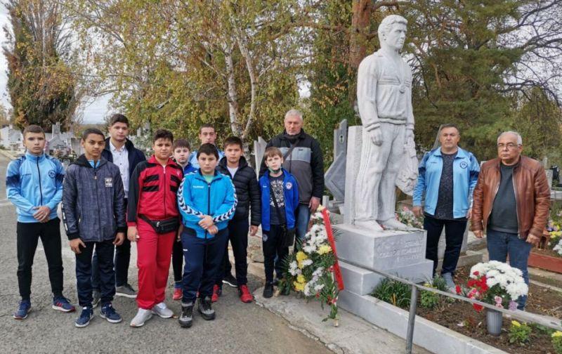 Младите карнобатски надежди в борбата почетоха Атанас Комшев