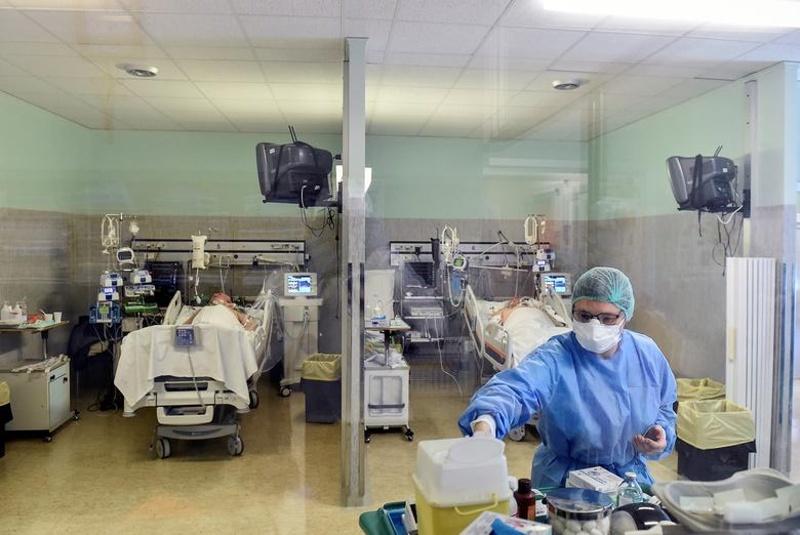 Цунами от заразени с коронавируса връхлита лондонските болници