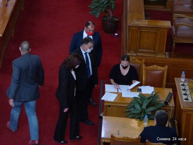 Извънредното заседание на парламента се провали, само 78 депутати се появиха в залата