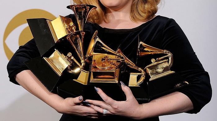 Отлагат наградите Грами