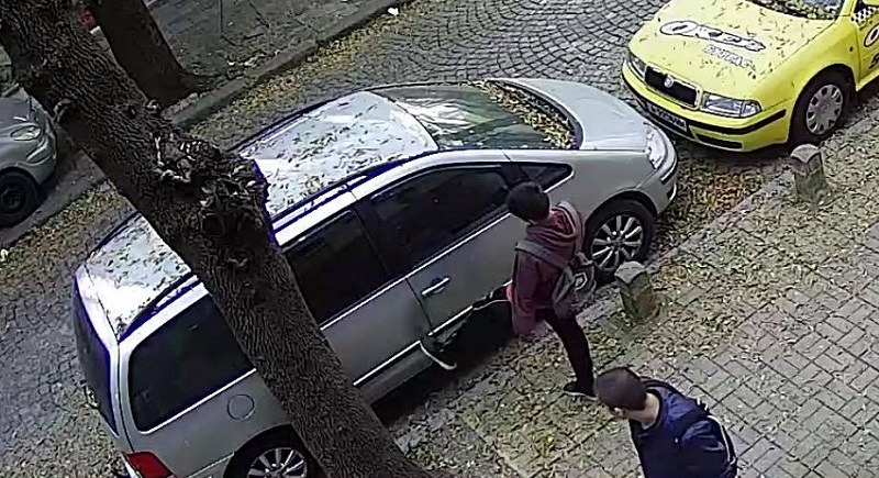 Малък вандал в действие, хлапе рита паркираните автомобили в Бургас