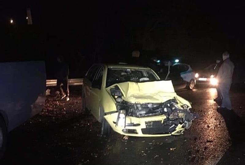 Кола се заби в автобус на пътя Баня - Слънчев бряг