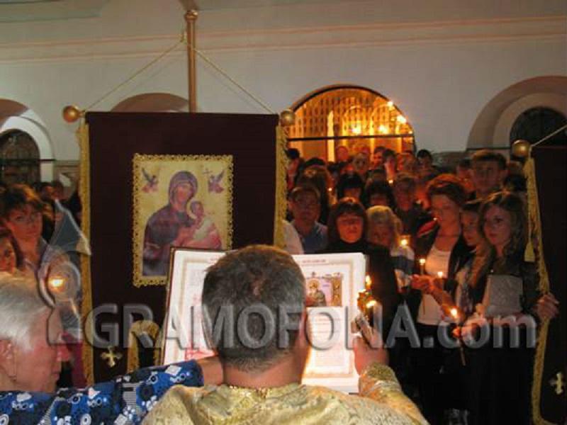 Излъчват на три екрана Великденската литургия в Бургас