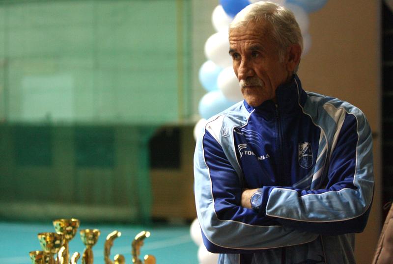 Треньор слага достоен край на 40-годишна кариера