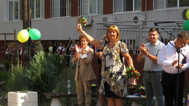 Бивши ученици се върнаха в Строителната гимназия в Бургас за първия учебен ден