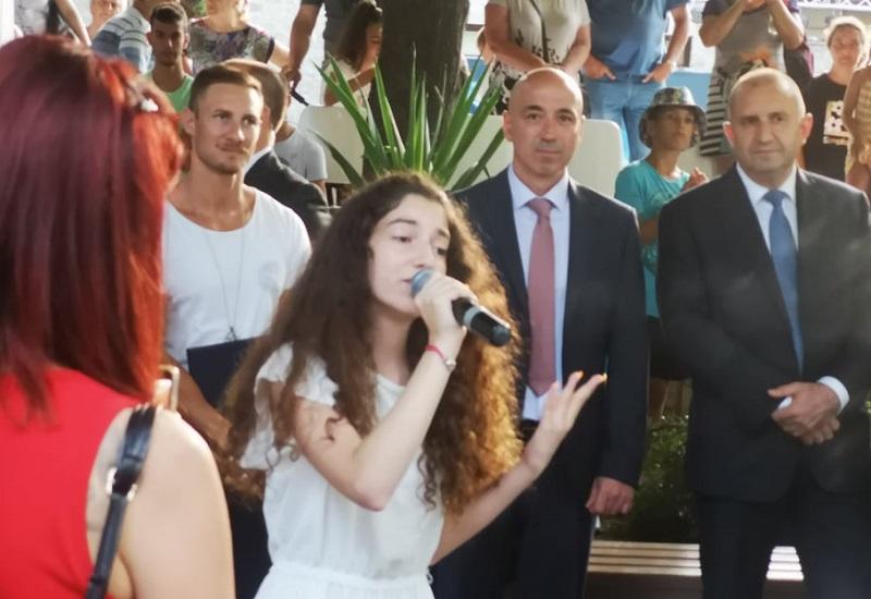 Талантливата Дона пя пред президента