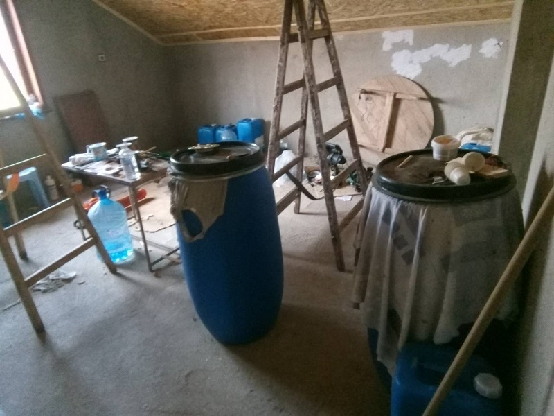 Митнически служители  откриха нелегален алкохол в таванско помещение на търговец