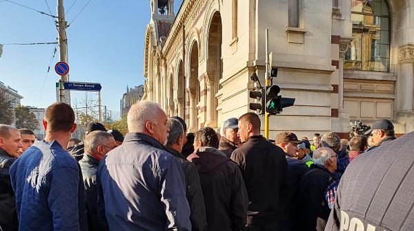 Полиция и протестиращи блокираха района около ВСС