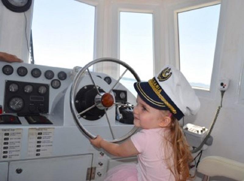 Кръстницата на кораба Анастасия го подкара към Острова