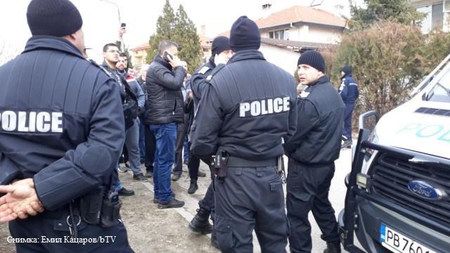 Пак напрежение във Войводино, правозащитна организация се опитва да върне ромите в махалата