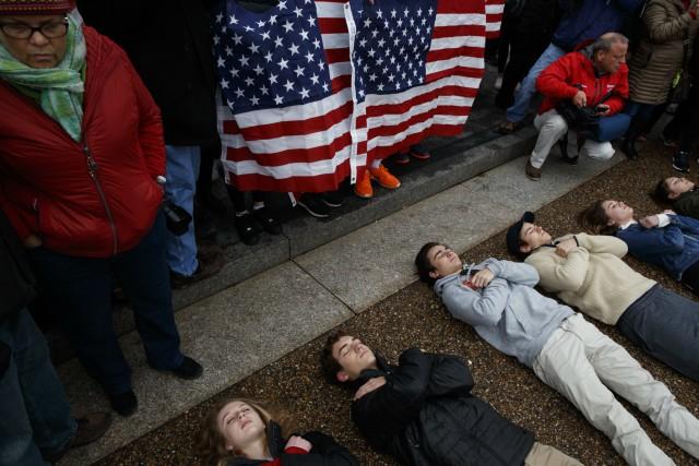 Деца се направиха на мъртви пред Белия дом