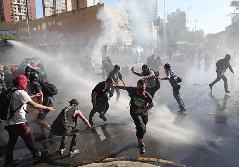 Силно земетресение по време на антиправителствени протести разлюля Чили