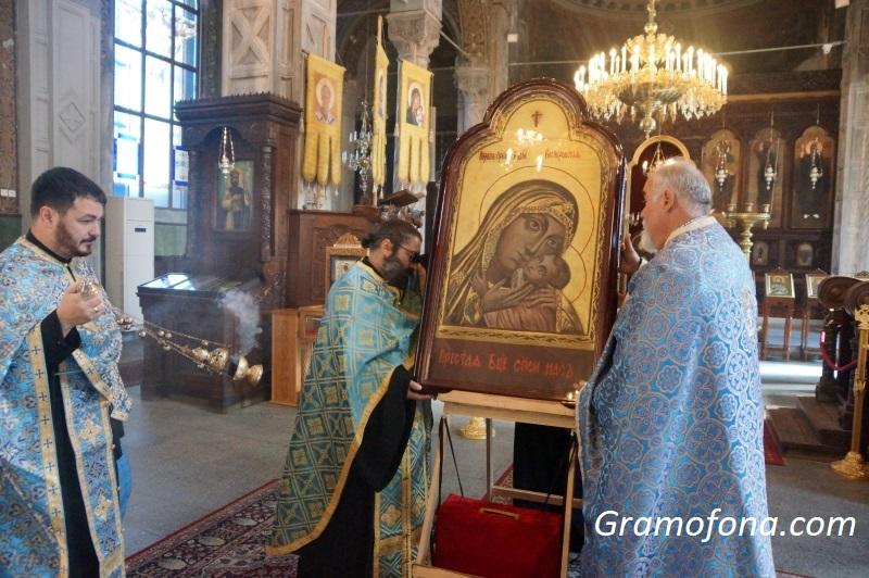 Чудотворна Богородица пристигна в Бургас, десетки я посрещнаха (СНИМКИ)