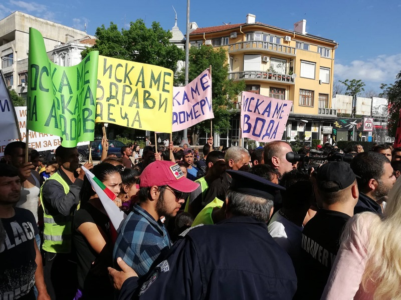 Кметът Николов усмирява протестиращи роми