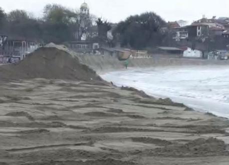 Багер влезе на плажа в Созопол, премахва скандалната дига