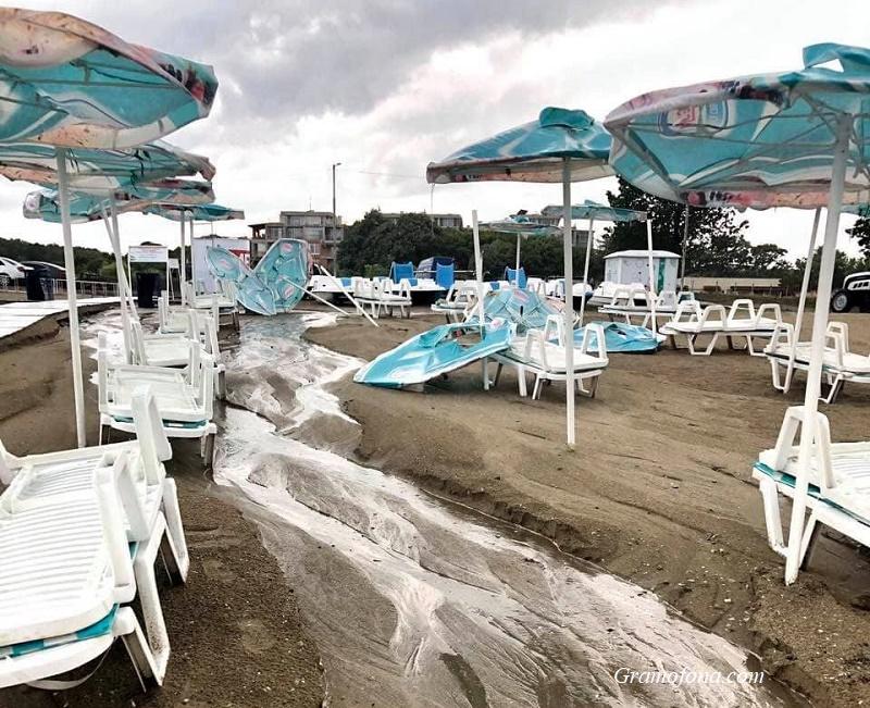 Бурята не пощади плажа в Крайморие, обърна чадъри и отнесе пясъка в морето