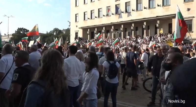 Протести и напрежение пред парламента