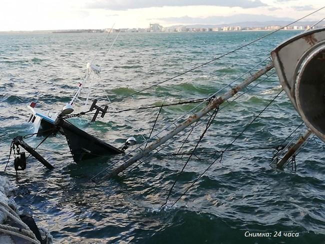 Вятърът потопи рибарско корабче в Поморие