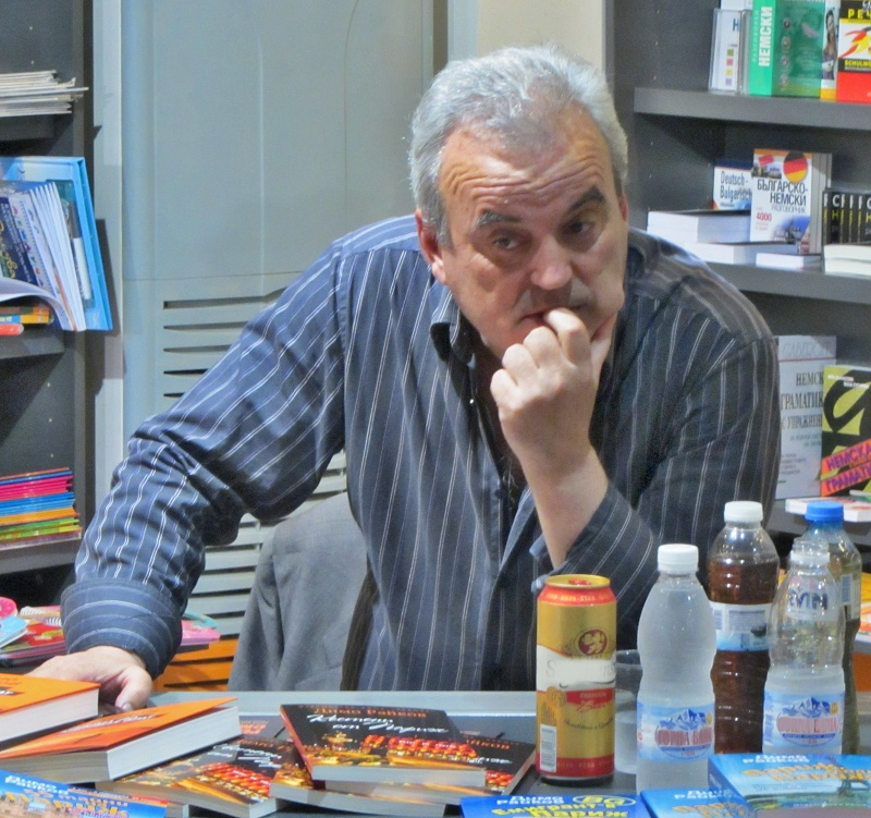 Писателят Димо Райков ще плаща 3000 лв. на Топлофикация, без да е живял в България