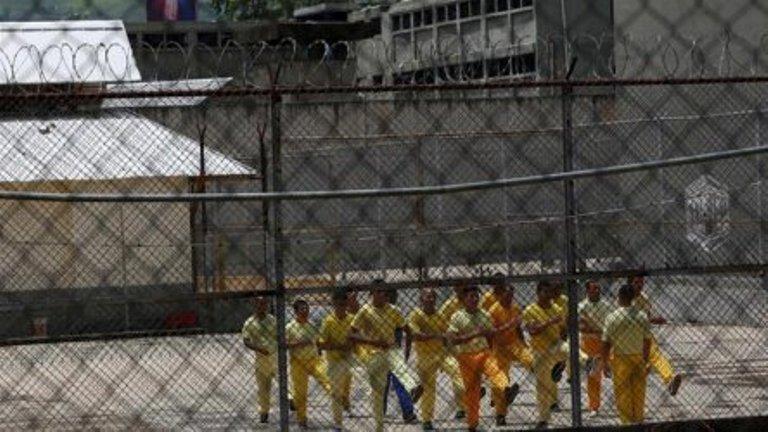 Десетки загинали при бунт в затвор във Венецуела