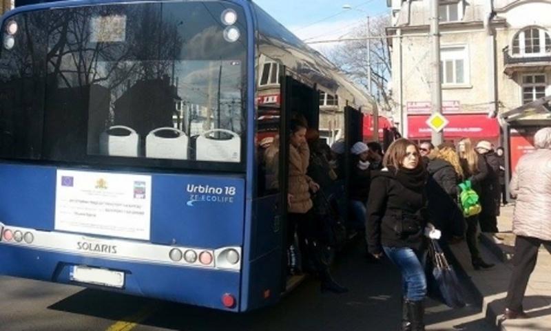 Пътници останаха блокирани в автобус, контрольорката решила, че е обрана