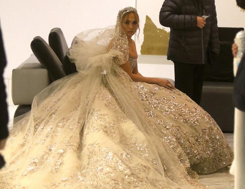 Дженифър Лопез облече булчинска рокля, но не предизвика възхищение