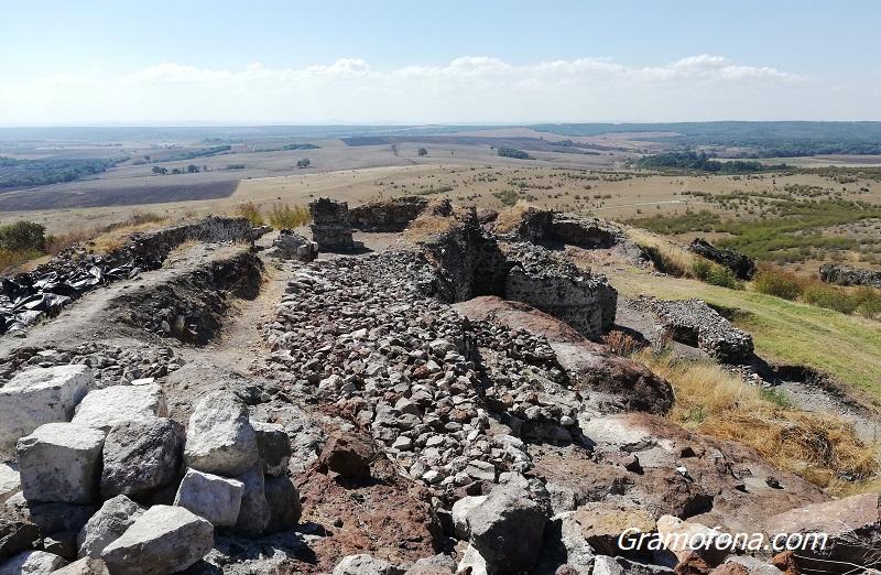 Групи пенсионери готови да вървят километри пеш, за да видят средновековната крепост Русокастро