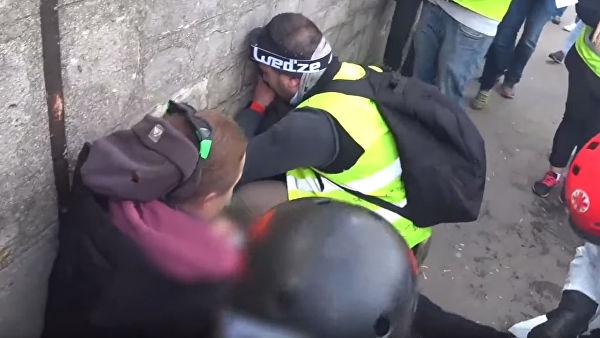 Граната откъсна ръката на протестиращ в Париж