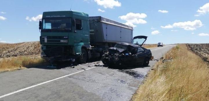 Лек автомобил се заби челно в камион край Карнобат, шофьорът загина