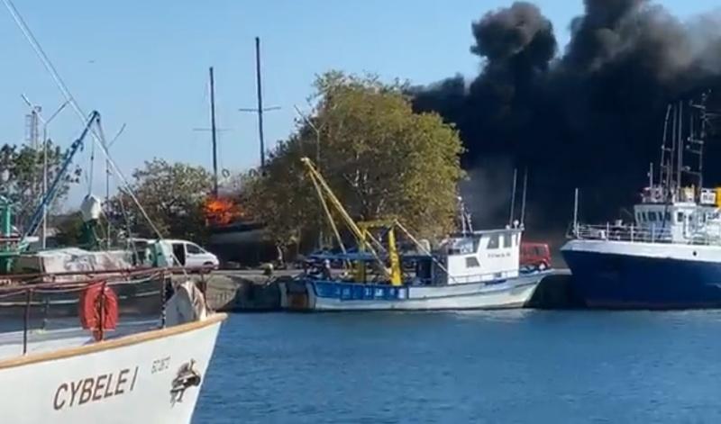 Голяма яхта пламна в Несебър