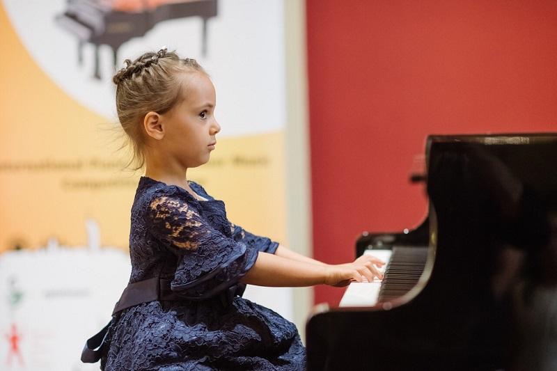 Четиригодишна възпитаничка на бургаска музикална школа ще свири в Карнеги хол