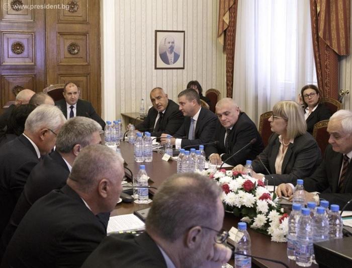 Кабинетът: Ще борим корупцията, не бойкотираме президента
