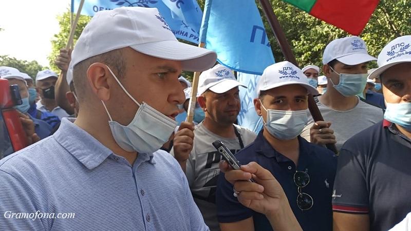 """Мустафа Карадайъ и евродепутатът Илхан Кючук пристигнаха в Отманли, хиляди скандират """"ДПС"""""""