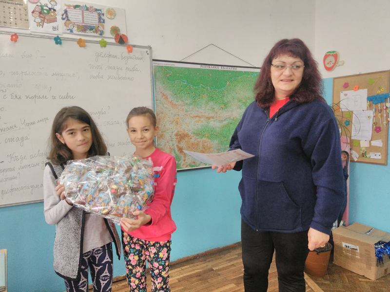 Две третокласнички от Бургас плетоха мартеници благотворително
