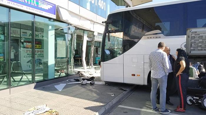 Автобус се блъсна в чакалнята на софийска автогара