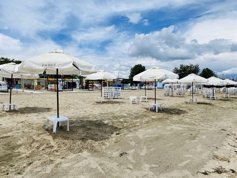 Изцяло нови чадъри ще пазят сянка на летовниците на плаж Крайморие