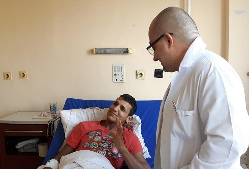 Млад мъж проходи отново след операция в УМБАЛ Бургас