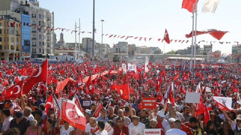 42 турски журналисти със заповеди за арест