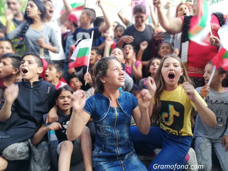 Ромите от Кумлука с показно как се прави протест