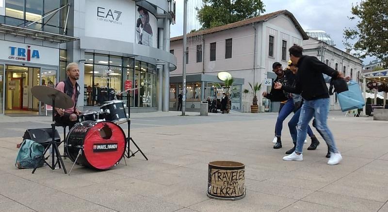 Украински барабанист прави one-man show в центъра на Бургас