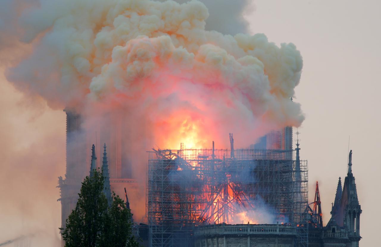Гори Нотр Дам, куполът на катедралата рухна (ВИДЕО)
